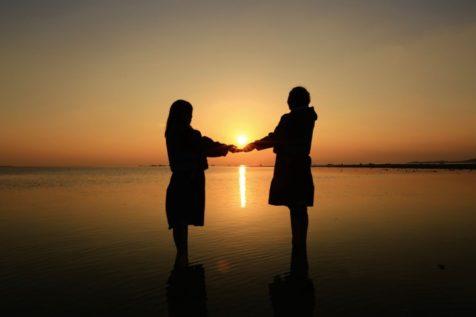 夕日と2人