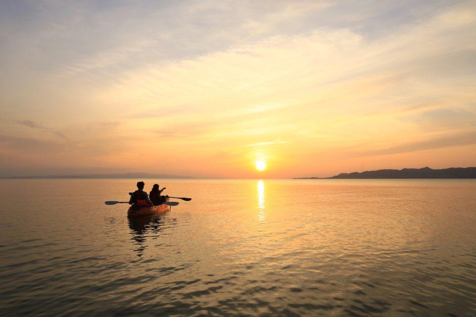 石垣島で夕日を眺める2人