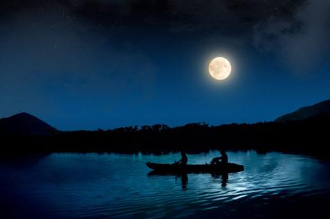 月とカヤック